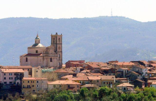 1280px-Santo_Stefano_di_Magra-panorama_da_Albiano_