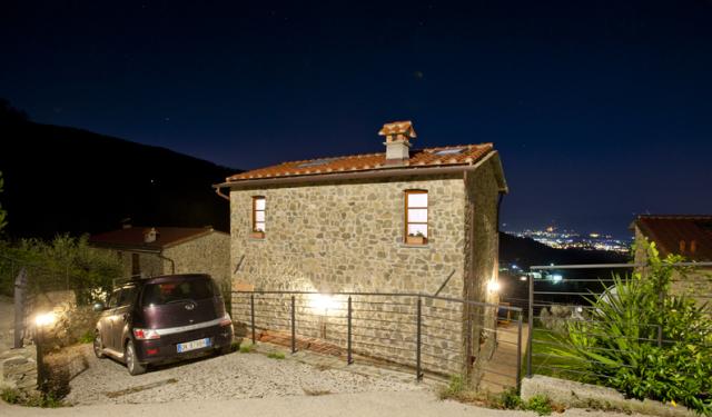 esterno notturno 1 - con posto macchina.jpg