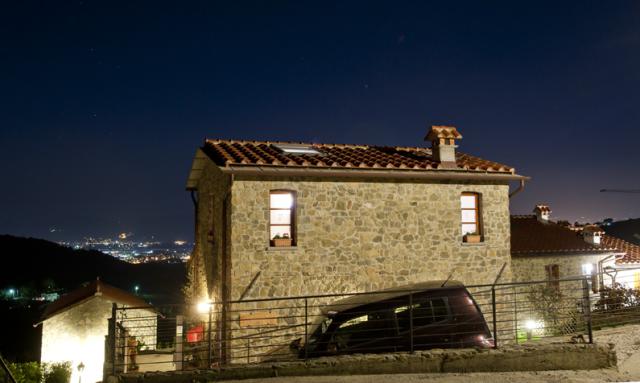esterno notturno 2 - con posto macchina.jpg