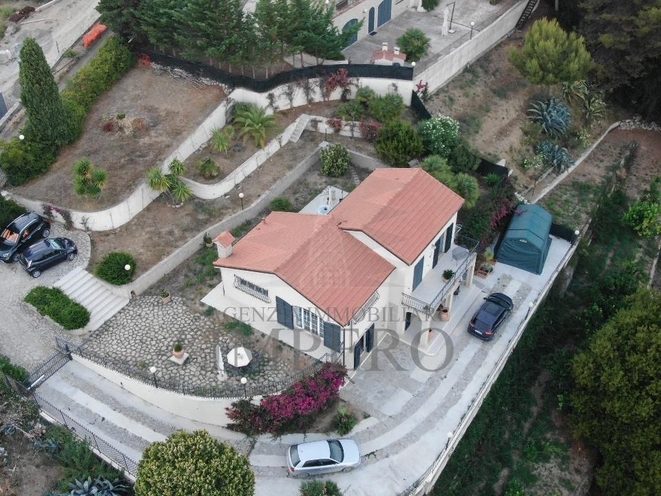 Villa in vendita a Ventimiglia, 8 locali, prezzo € 690.000   CambioCasa.it