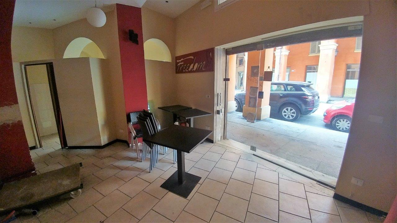Locale commerciale - 2 Vetrine a Centro città, Modena