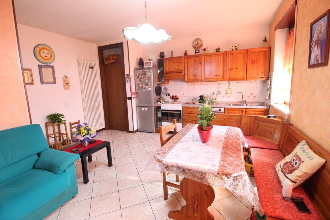 Appartamento in buone condizioni arredato in vendita Rif. 9829618