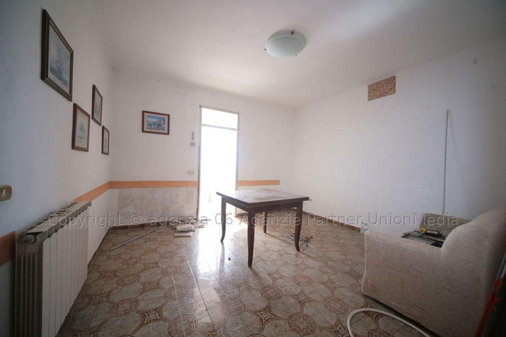 Appartamento in discrete condizioni in vendita Rif. 8001498