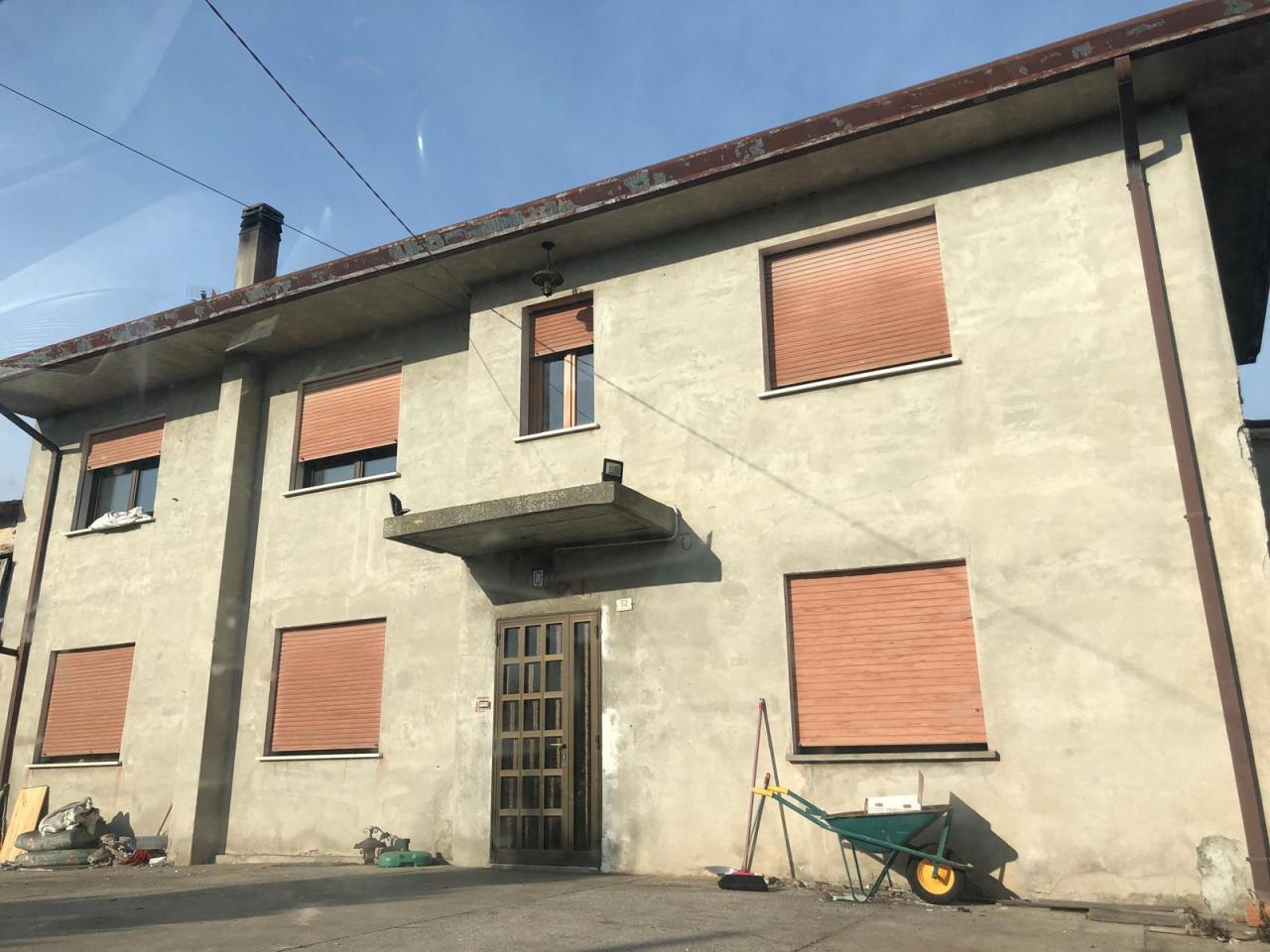 Villa in vendita a Stanghella, 8 locali, prezzo € 100.000 | CambioCasa.it