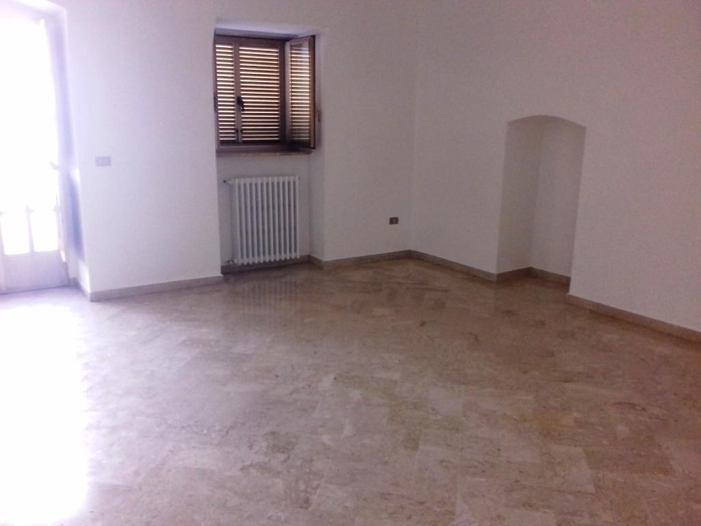 Appartamento in buone condizioni in affitto Rif. 10306215