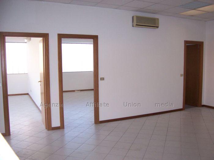 Ufficio / Studio in vendita a Sarzana, 5 locali, prezzo € 160.000   CambioCasa.it