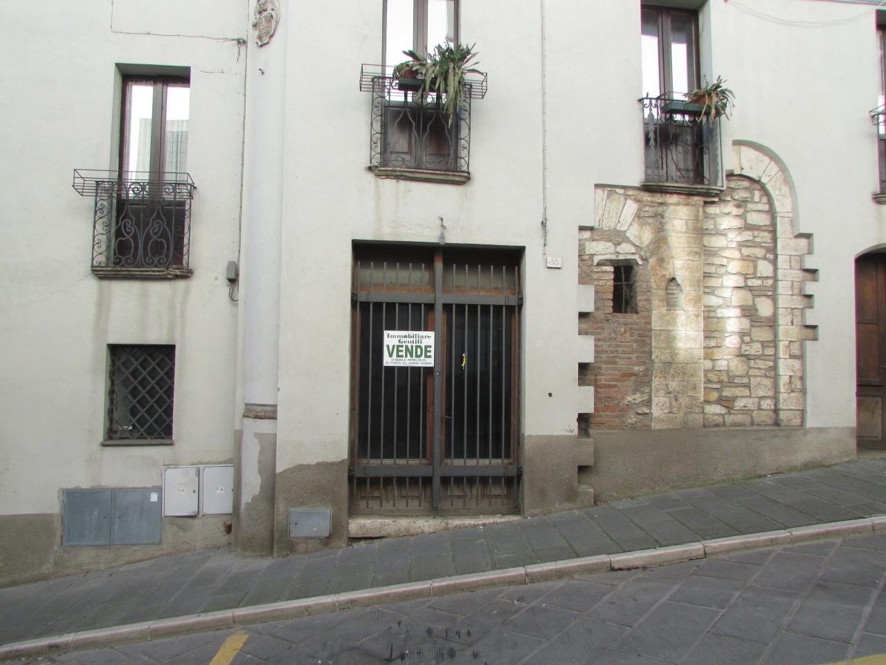 Locale commerciale - 1 Vetrina a Todi
