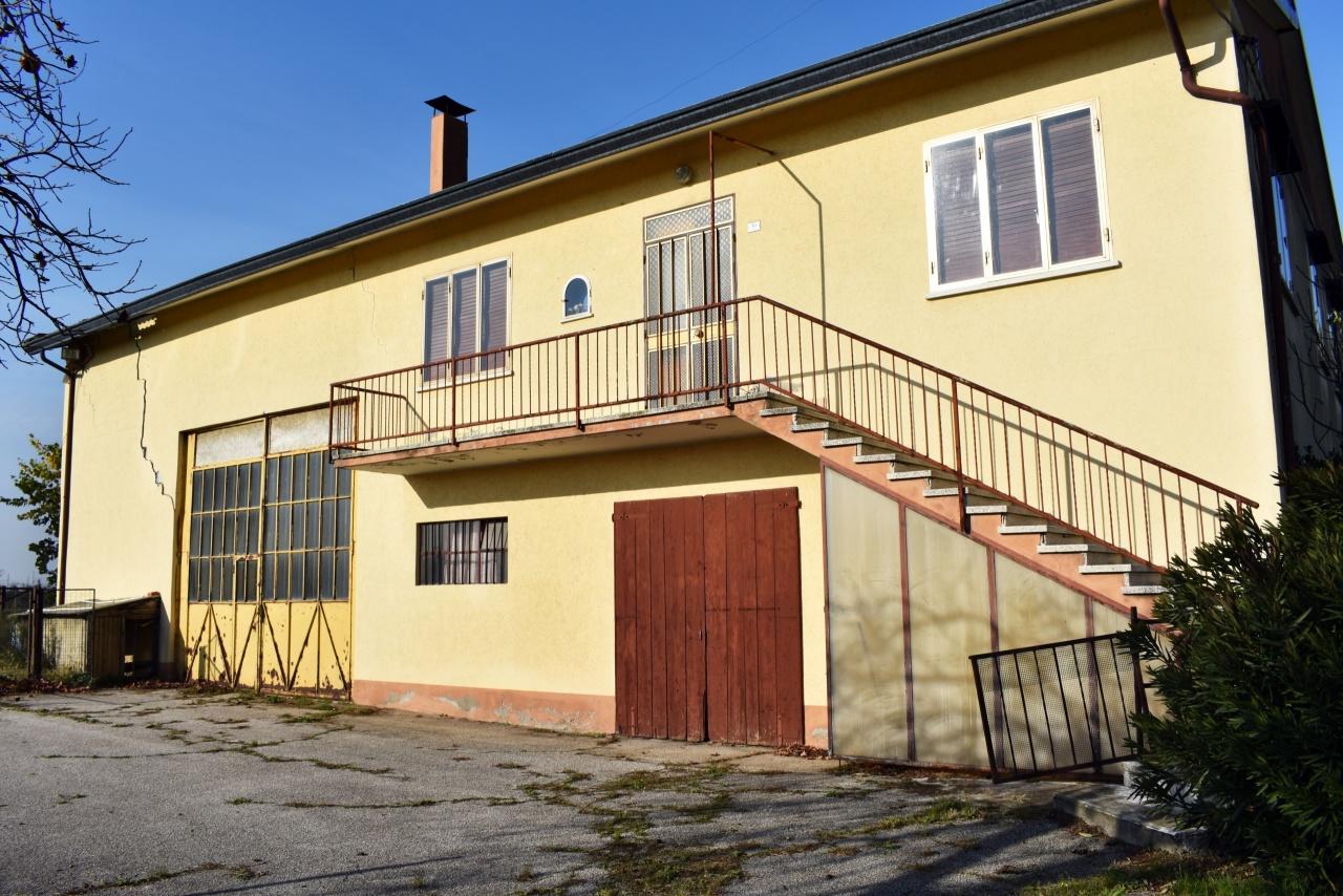 Villa in discrete condizioni in vendita Rif. 8774027