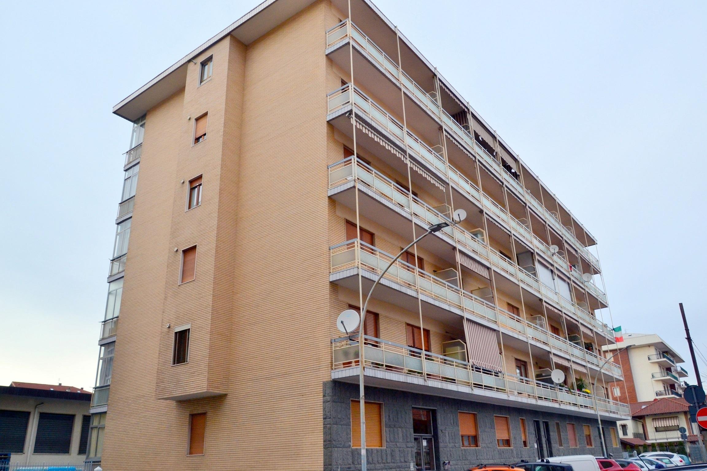 Rivoli, via Sesia. Trilocale al piano agevole con ampio balcone
