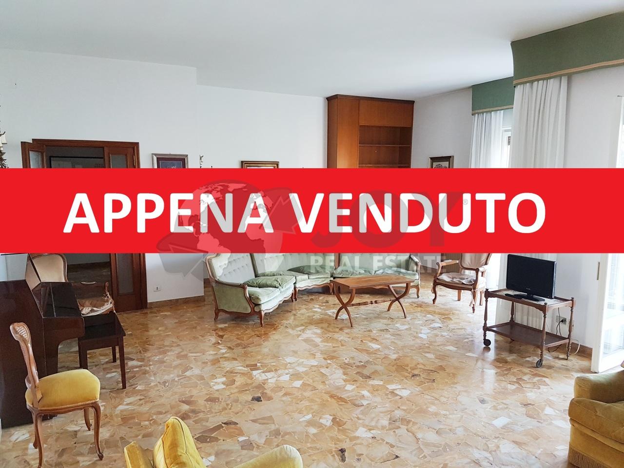 Appartamento in buone condizioni in vendita Rif. 9707369