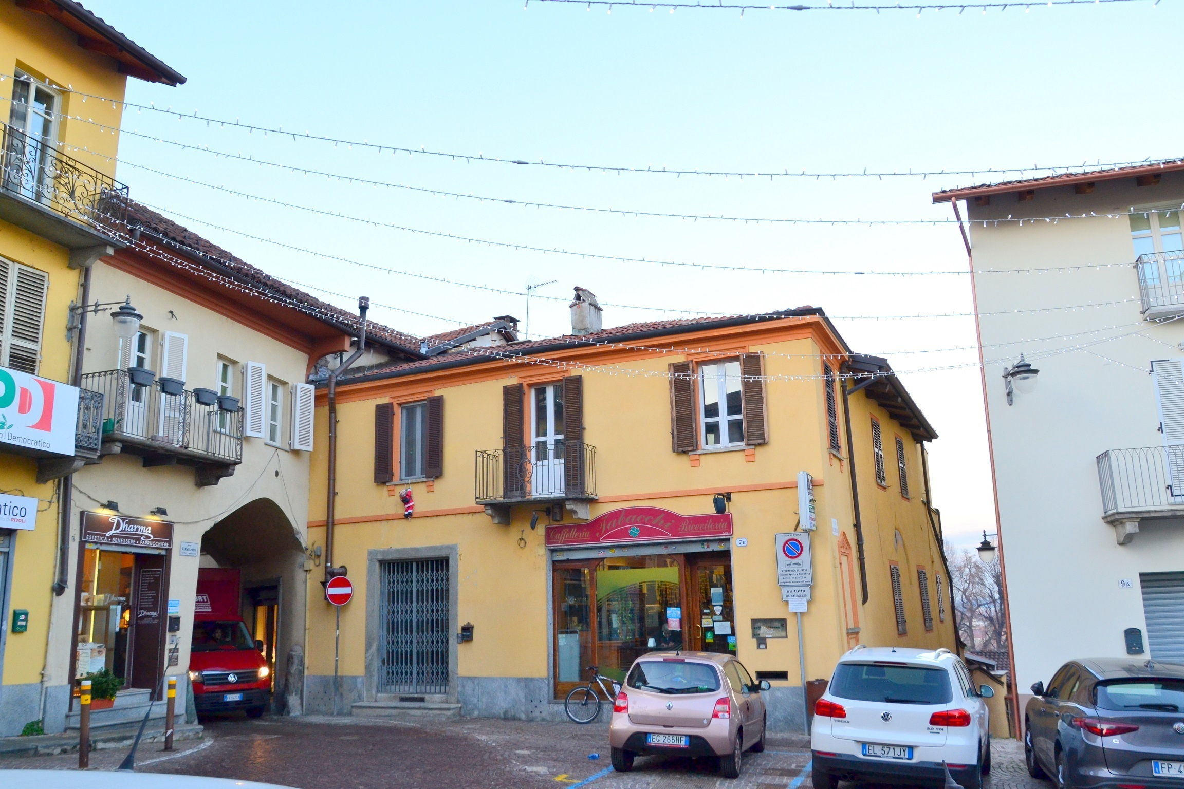 Rivoli, centro storico. Affittasi bilocale arredato con taverna