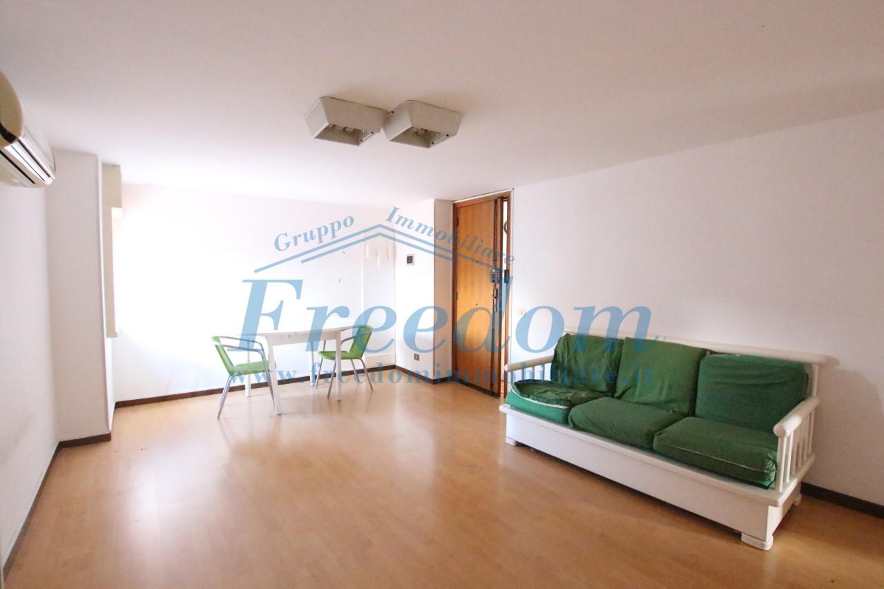 Appartamento in buone condizioni in affitto Rif. 9558633