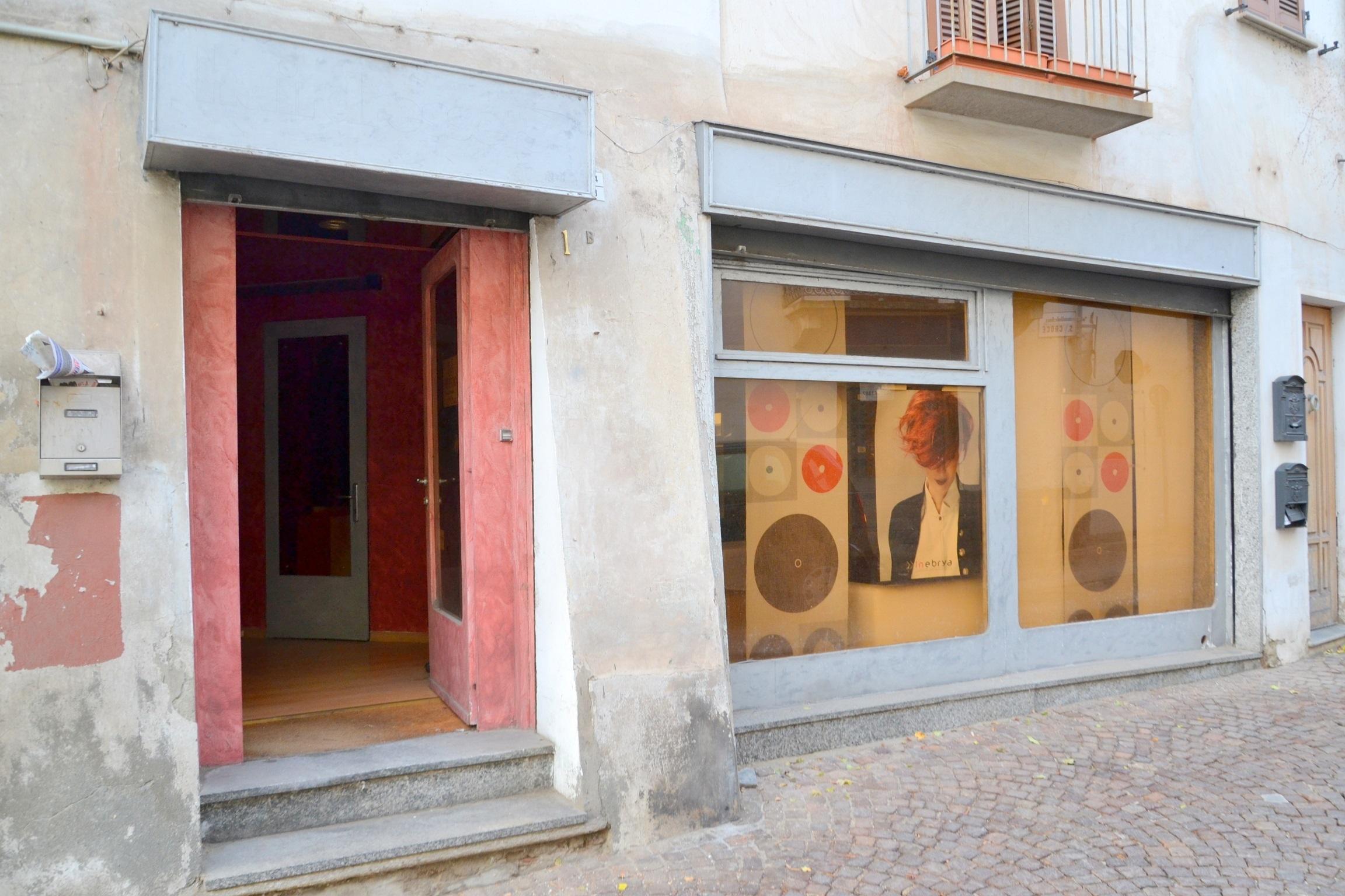 Rivoli, via Santa Croce. Affittasi locale commerciale