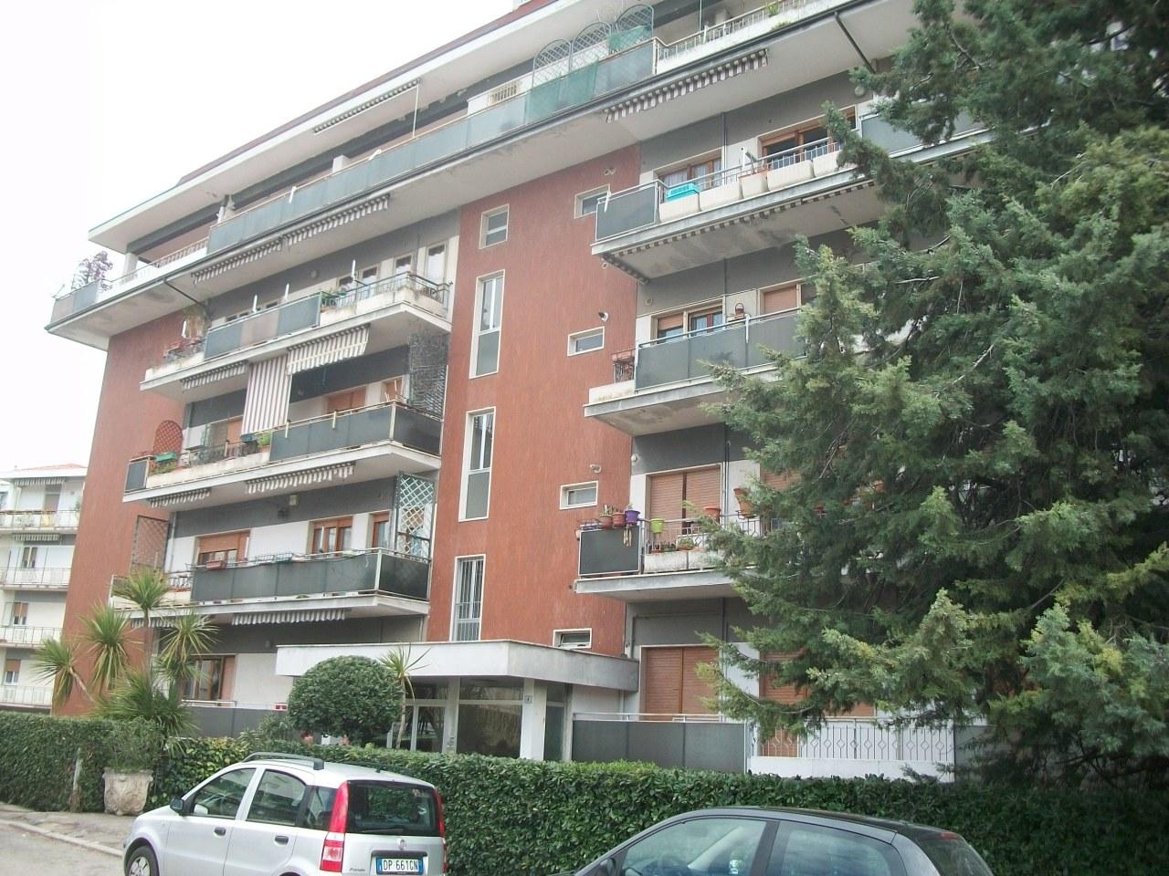 Appartamento in discrete condizioni in vendita Rif. 7844103