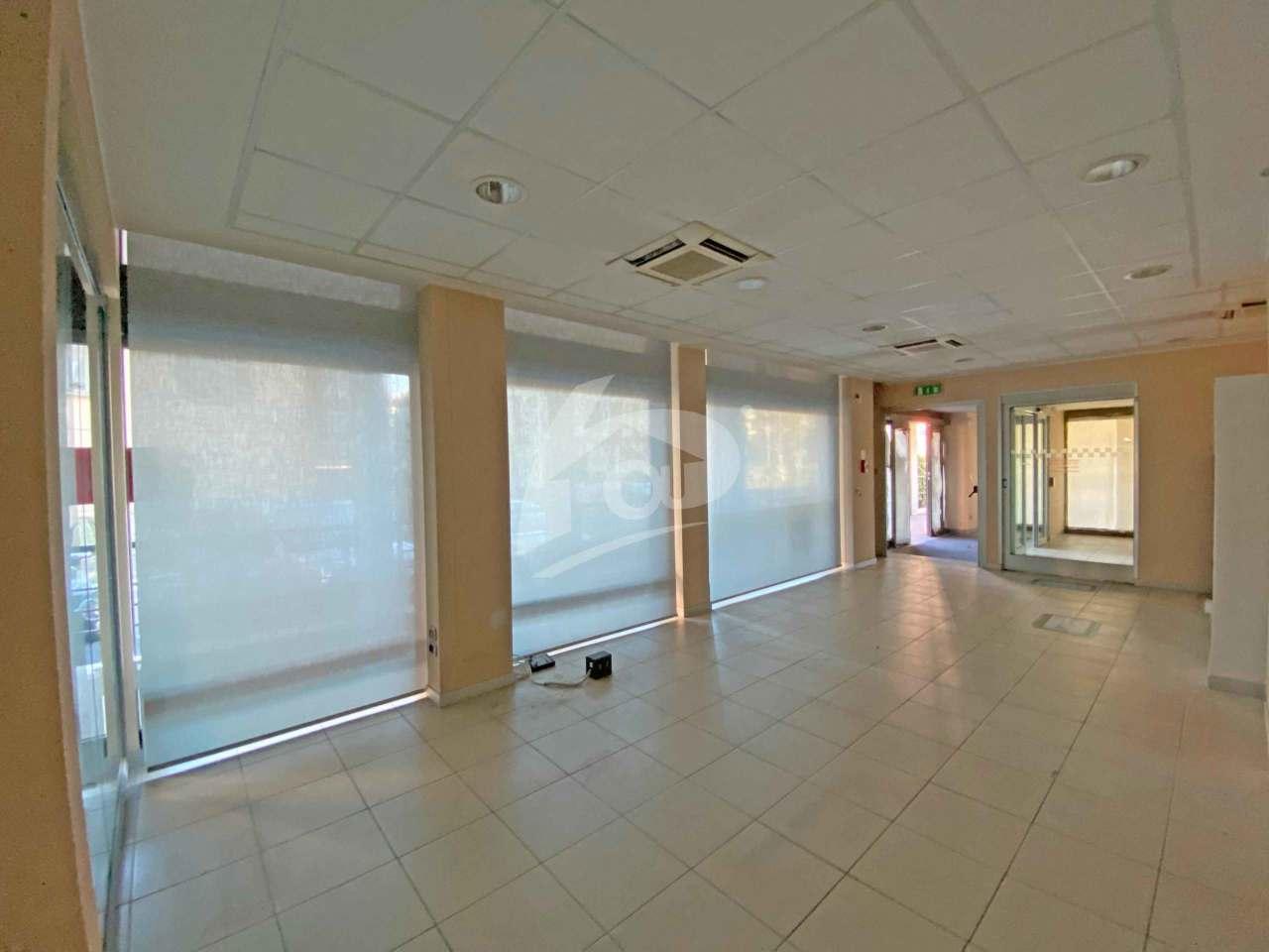 Ufficio / Studio in affitto a Laveno-Mombello, 10 locali, prezzo € 4.200 | PortaleAgenzieImmobiliari.it