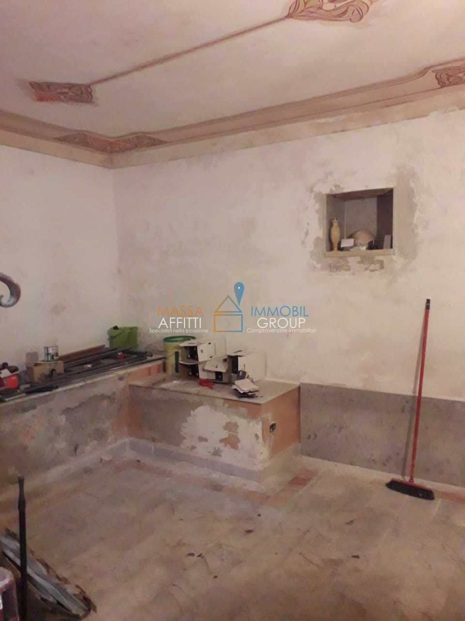 Capannone / Fondo - Magazzino a Carrara