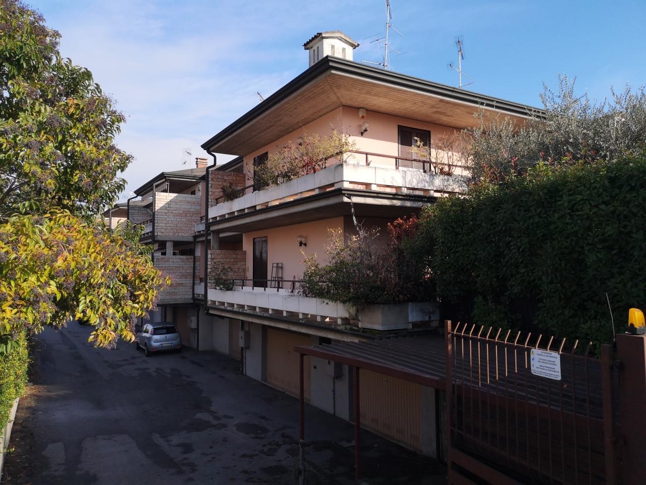 Villetta a schiera in buone condizioni in affitto Rif. 11666217