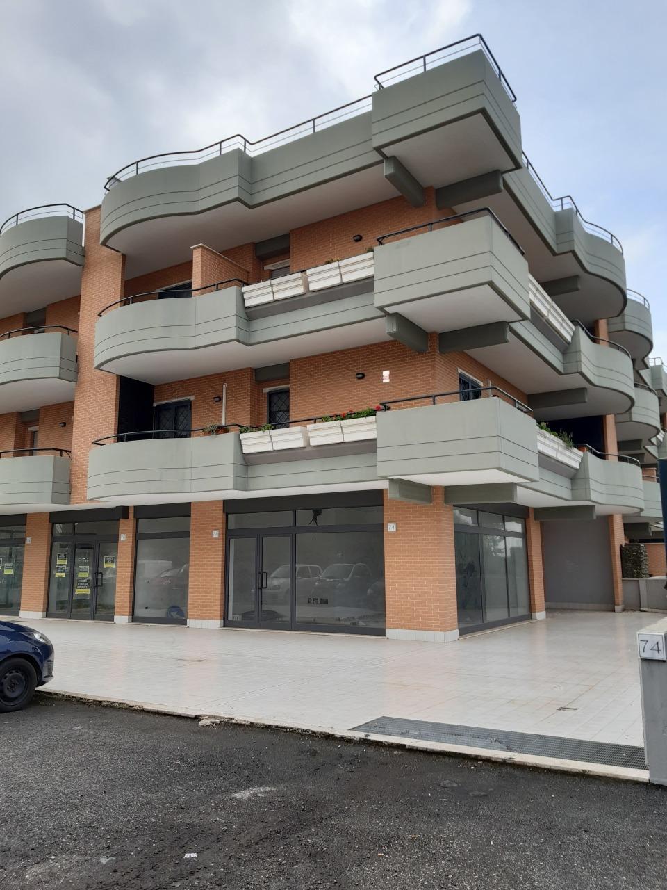 Locale commerciale - 3 Vetrine a Roma Rif. 12283496