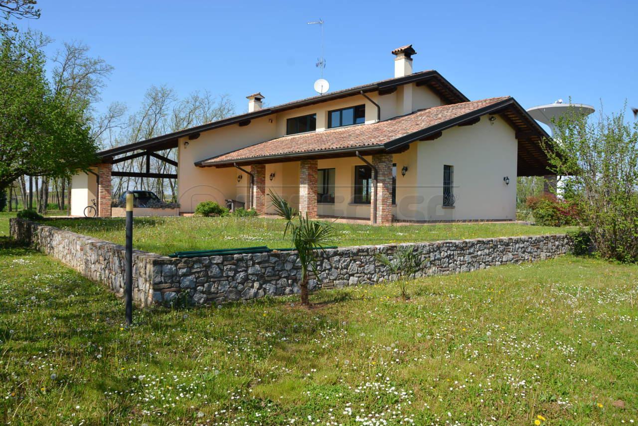 Villa in vendita a Visco, 13 locali, prezzo € 370.000 | CambioCasa.it