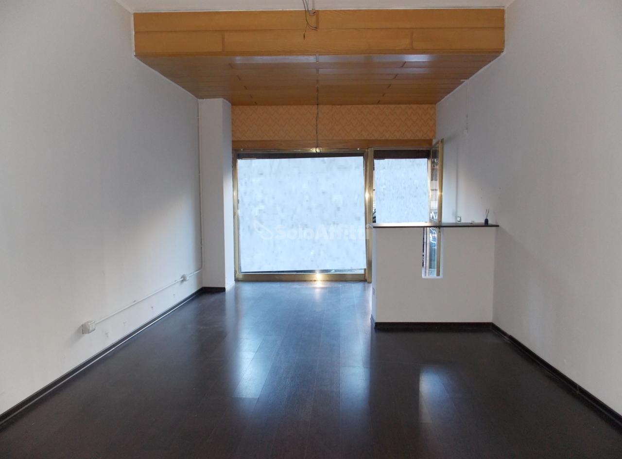 Fondo/negozio - 1 vetrina/luce a Centro, Catanzaro Rif. 10911573