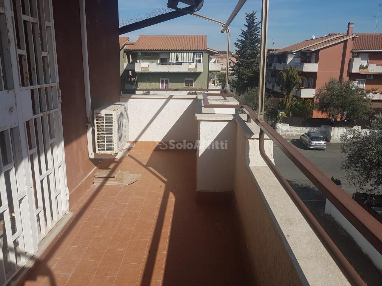 Monolocale in buone condizioni arredato in affitto Rif. 11125939
