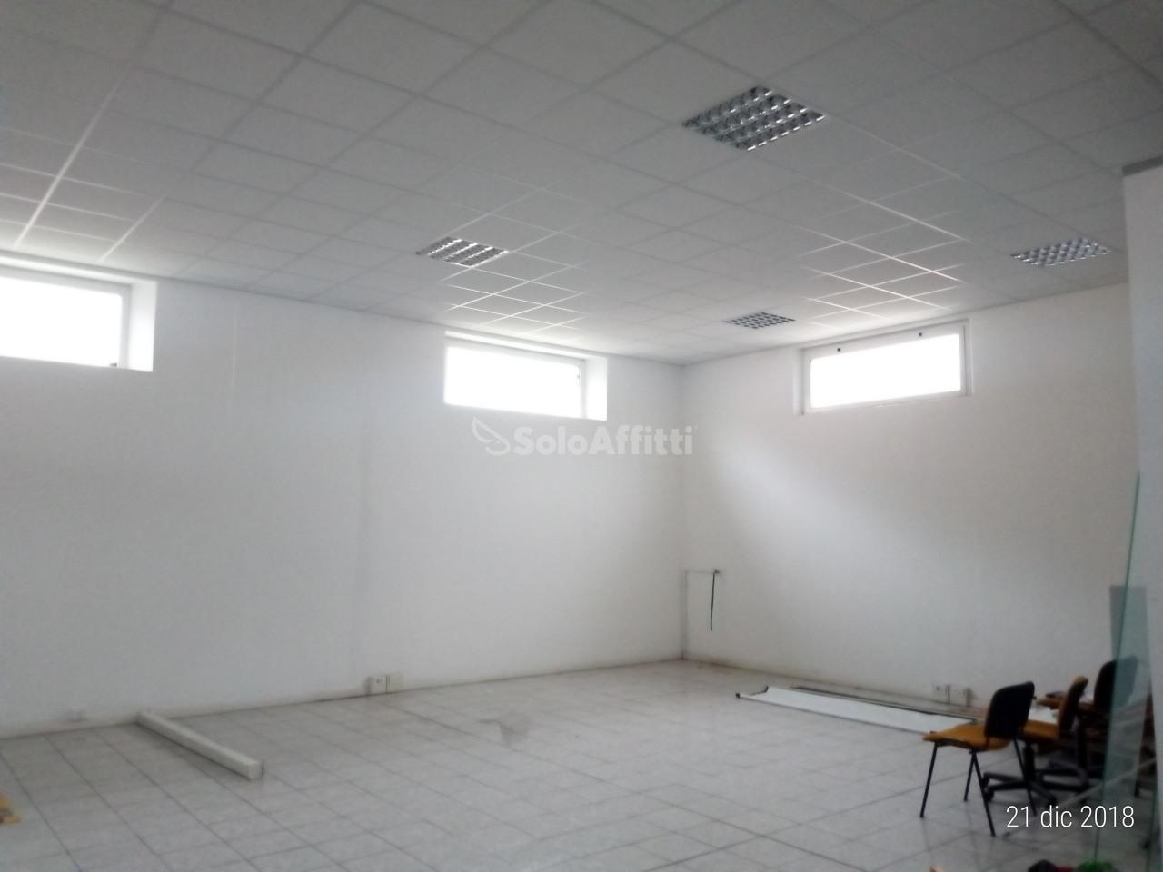 Fondo/negozio - 2 vetrine/luci a Cuccurano, Fano