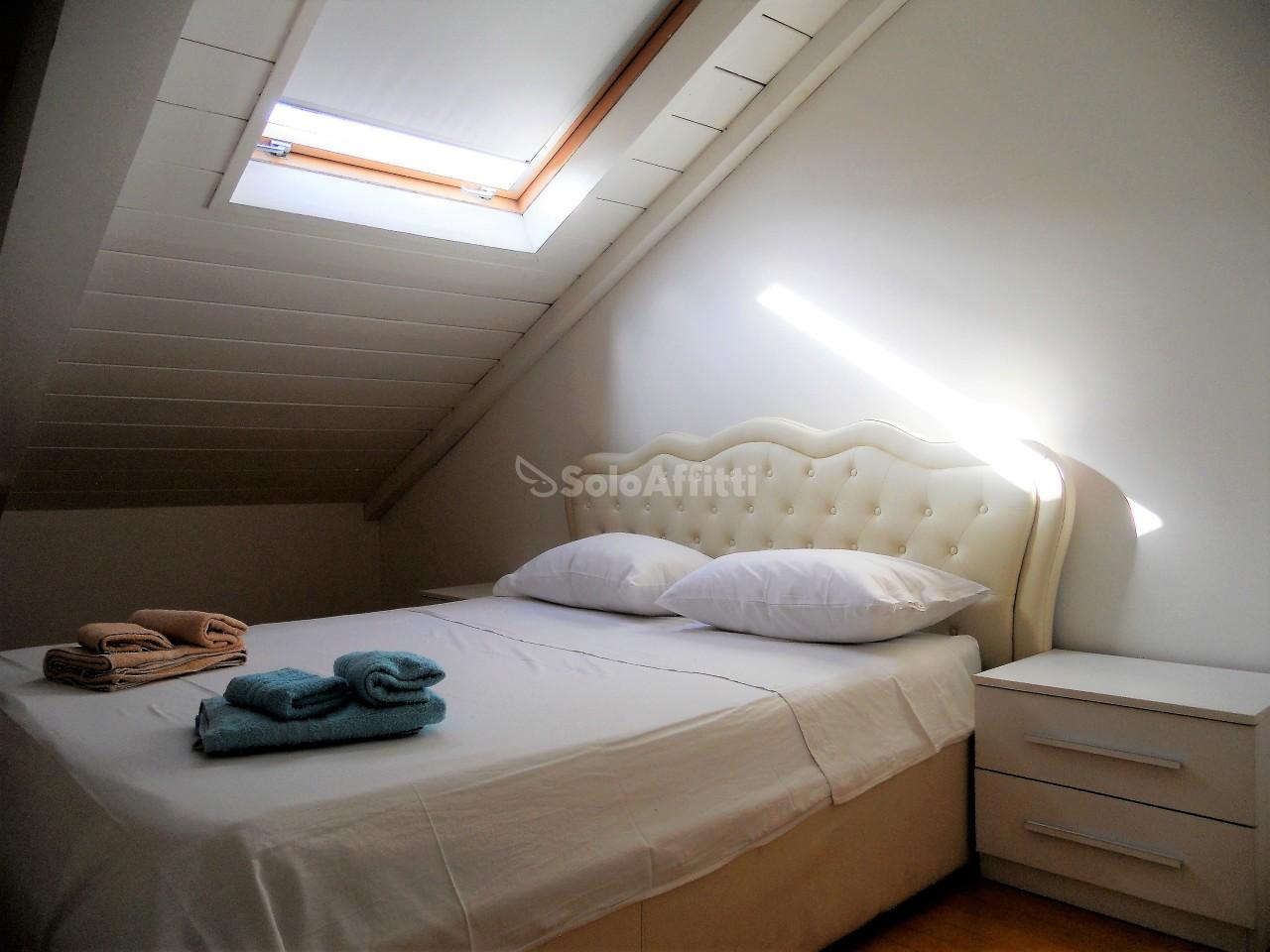 Attico / Mansarda in buone condizioni arredato in affitto Rif. 11365269