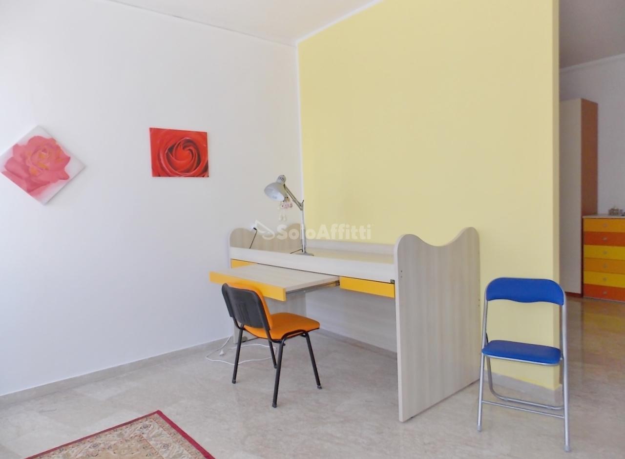 Stanza / posto letto in buone condizioni arredato in affitto Rif. 12260498