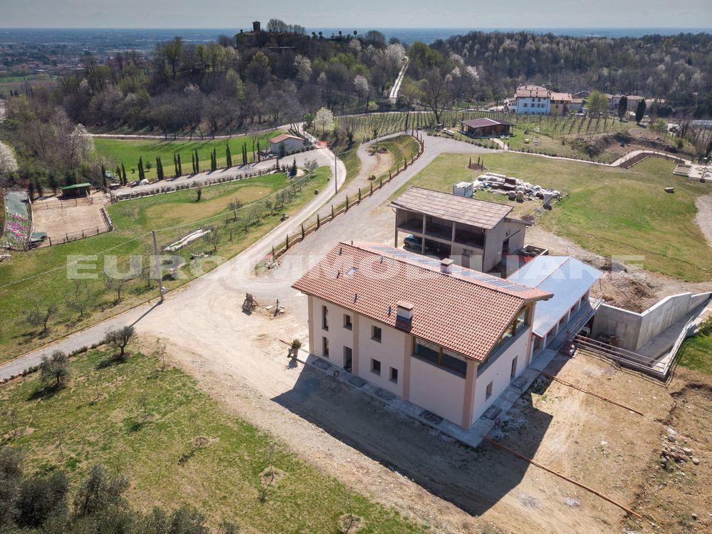 Soluzione Indipendente in vendita a Passirano, 20 locali, Trattative riservate | CambioCasa.it