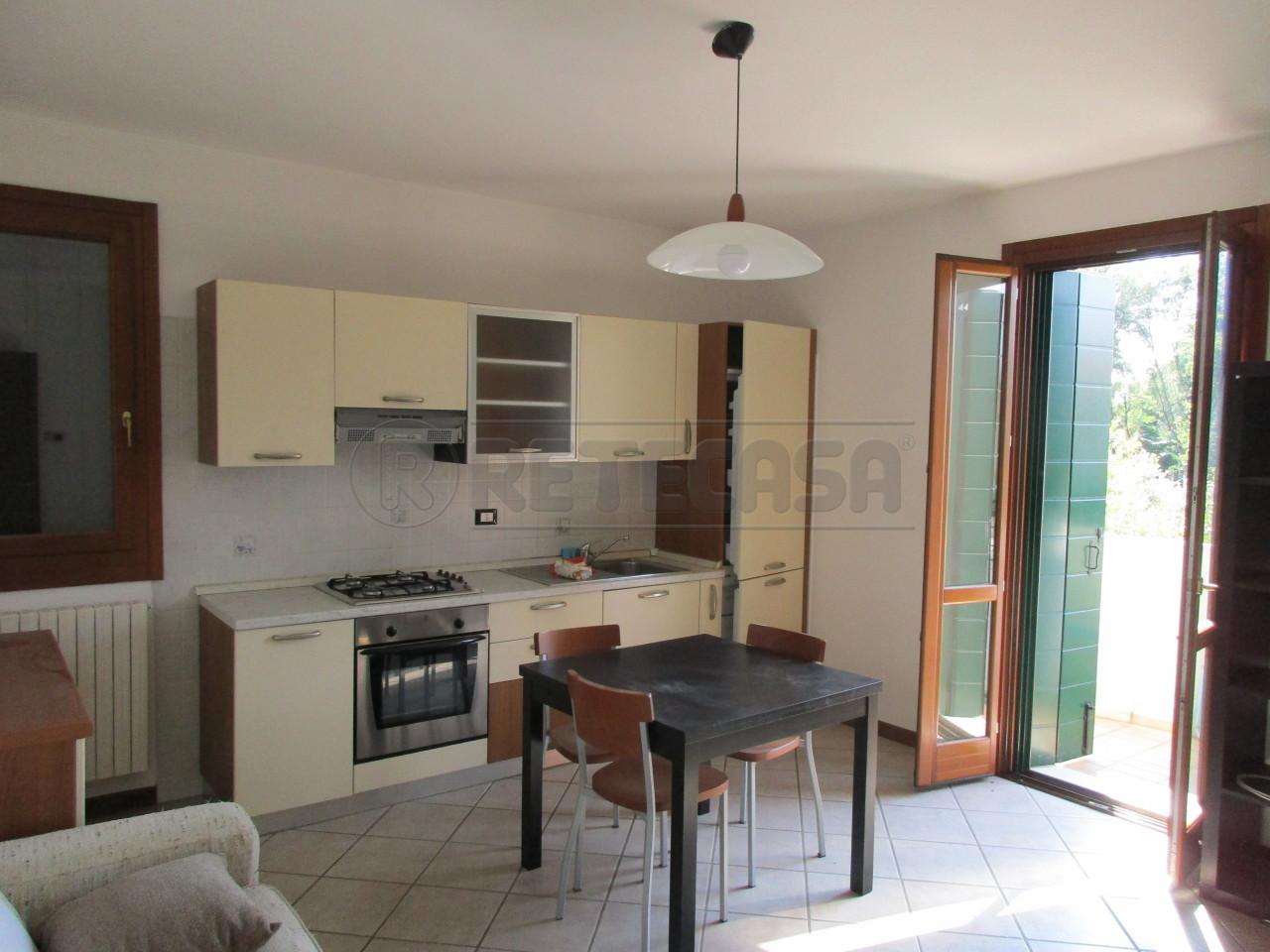 Appartamento in buone condizioni arredato in affitto Rif. 10829175