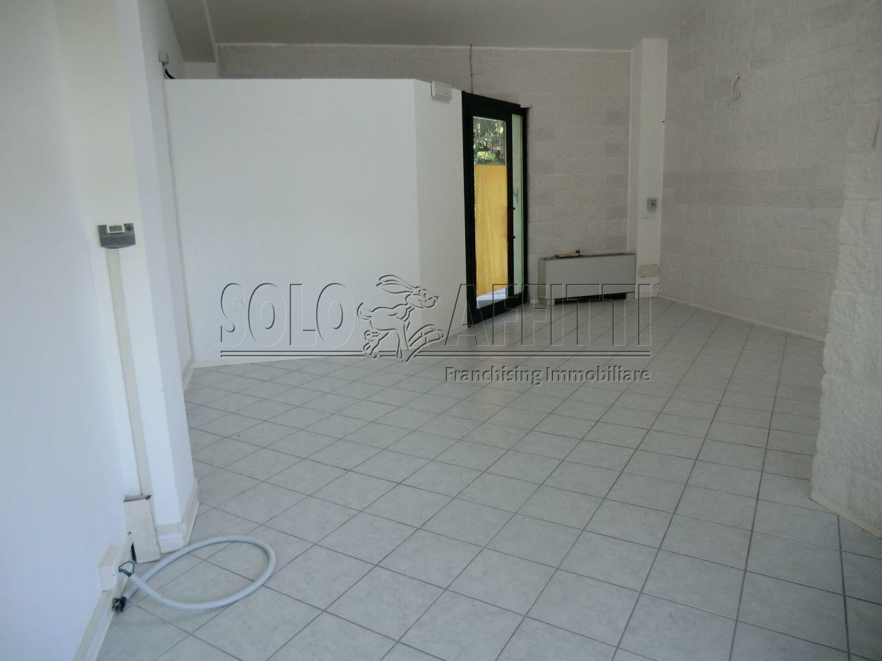 Fondo/negozio - 1 vetrina/luce a Ciriè Rif. 10133116