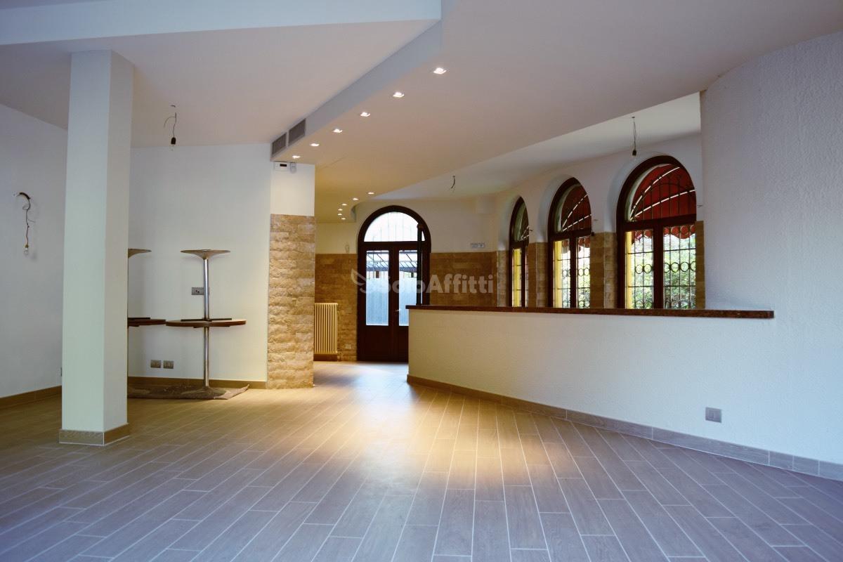 Fondo/negozio - 3 vetrine/luci a Mariano Comense Rif. 9552231