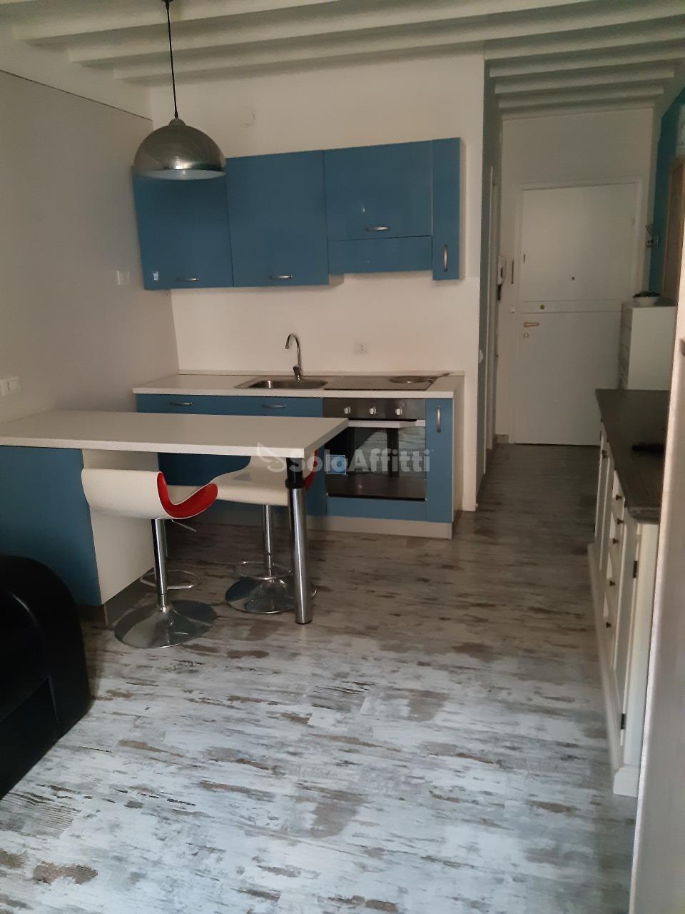Monolocale in buone condizioni arredato in affitto Rif. 12134810