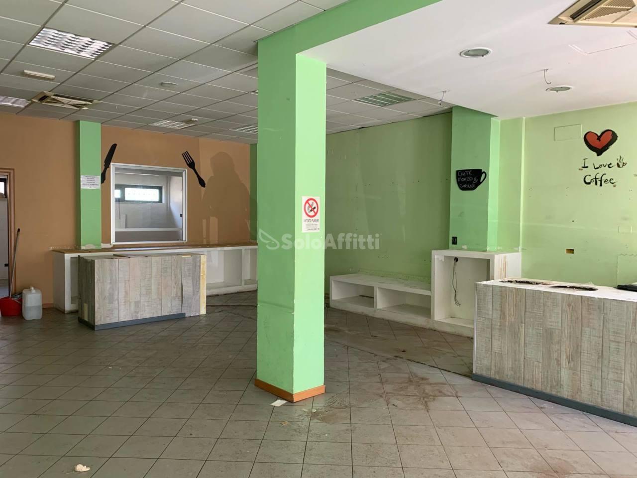 Fondo/negozio - 2 vetrine/luci a Latina Rif. 10742748