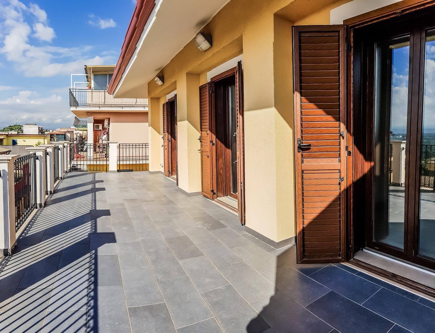 Come arredare il terrazzo di un attico di design senza commettere