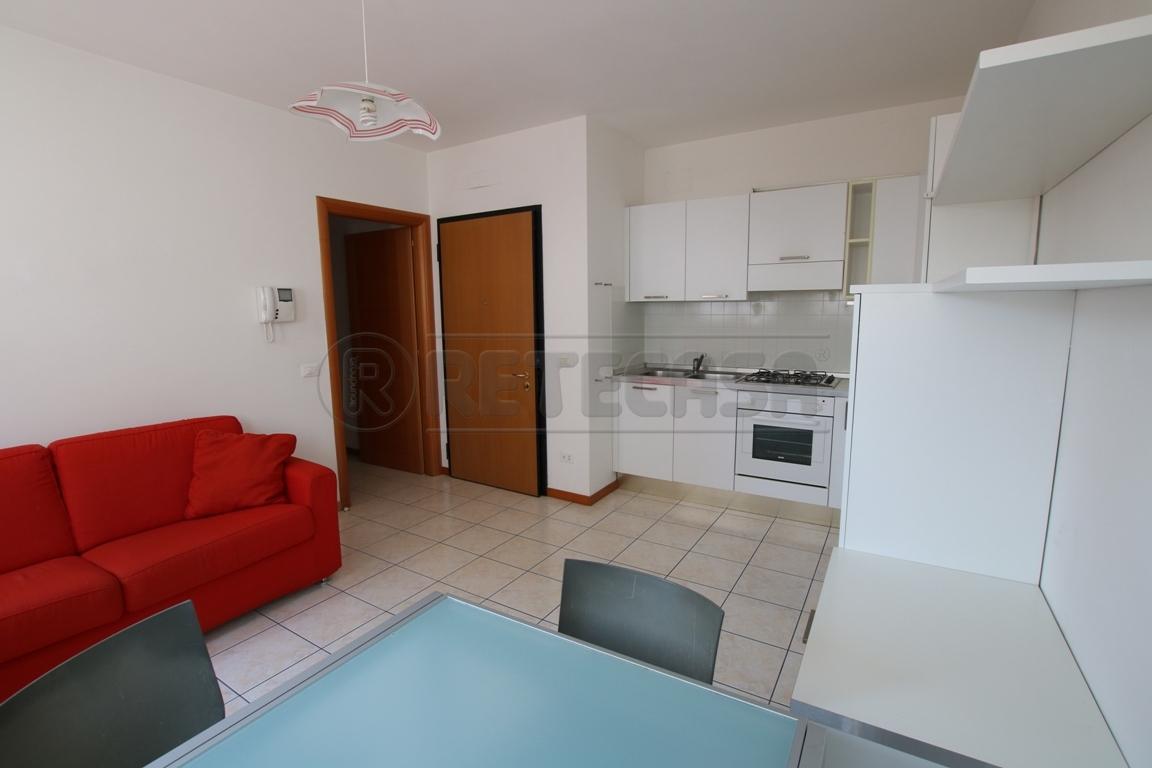 Appartamento in buone condizioni arredato in affitto Rif. 9841168