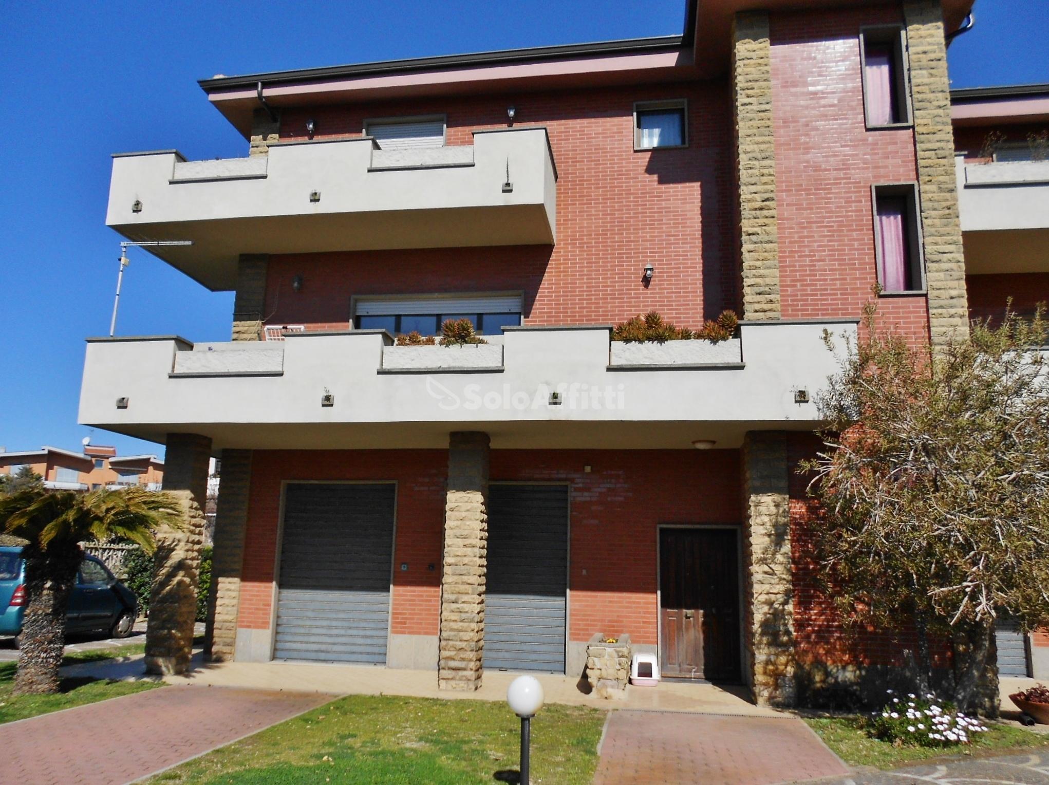 Fiumicino, centro - ampio quadrilocale arredato