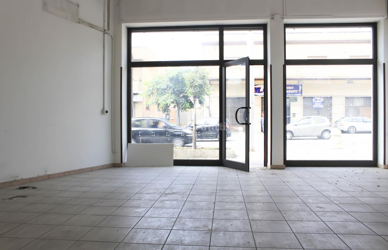 Fondo/negozio - 2 vetrine/luci a Cisterna di Latina