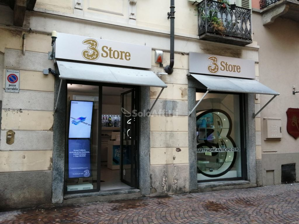 Fondo/negozio - 2 vetrine/luci a Via Vittorio, Chieri Rif. 11431933