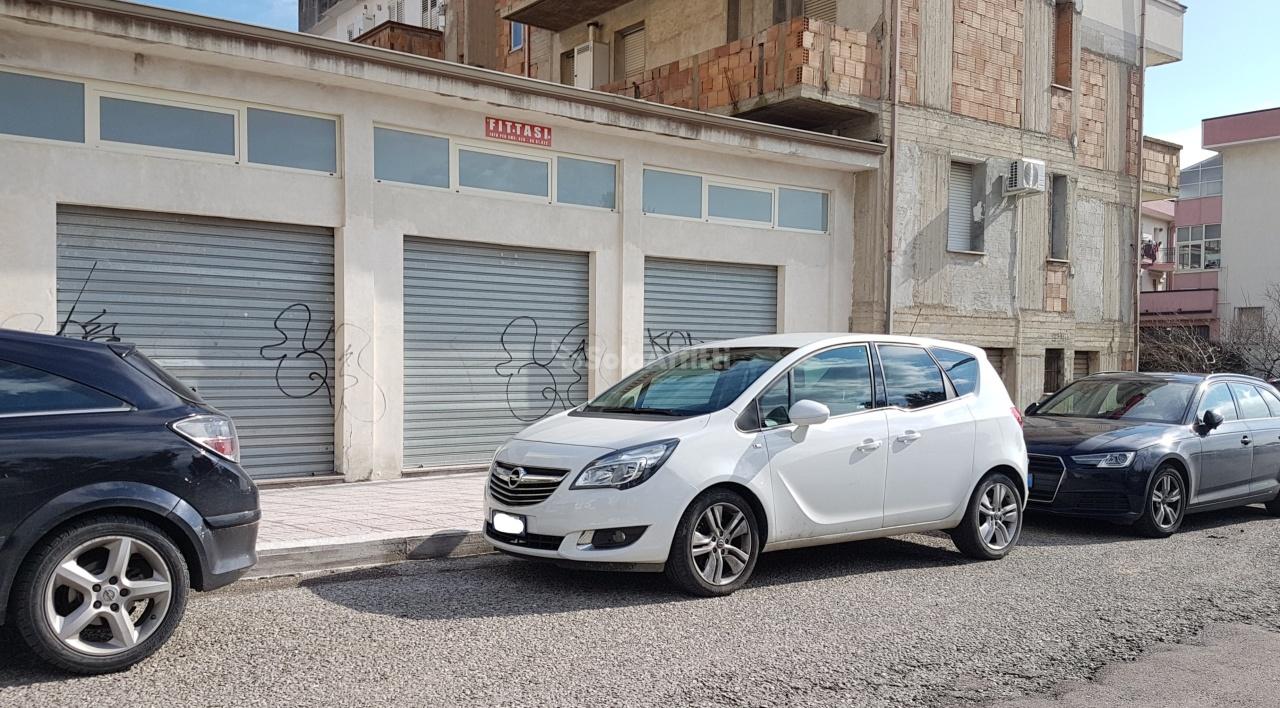 Fondo/negozio - 4 vetrine/luci a Lido Porto, Catanzaro Rif. 9957577