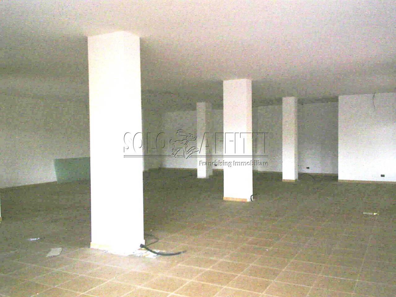 Fondo/negozio - 4 vetrine/luci a Via Napoli - Via Amendola, Sassari