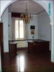 Ufficio in Affitto a Modena, zona Centro Storico, 1'920€, 130 m², arredato, con Box