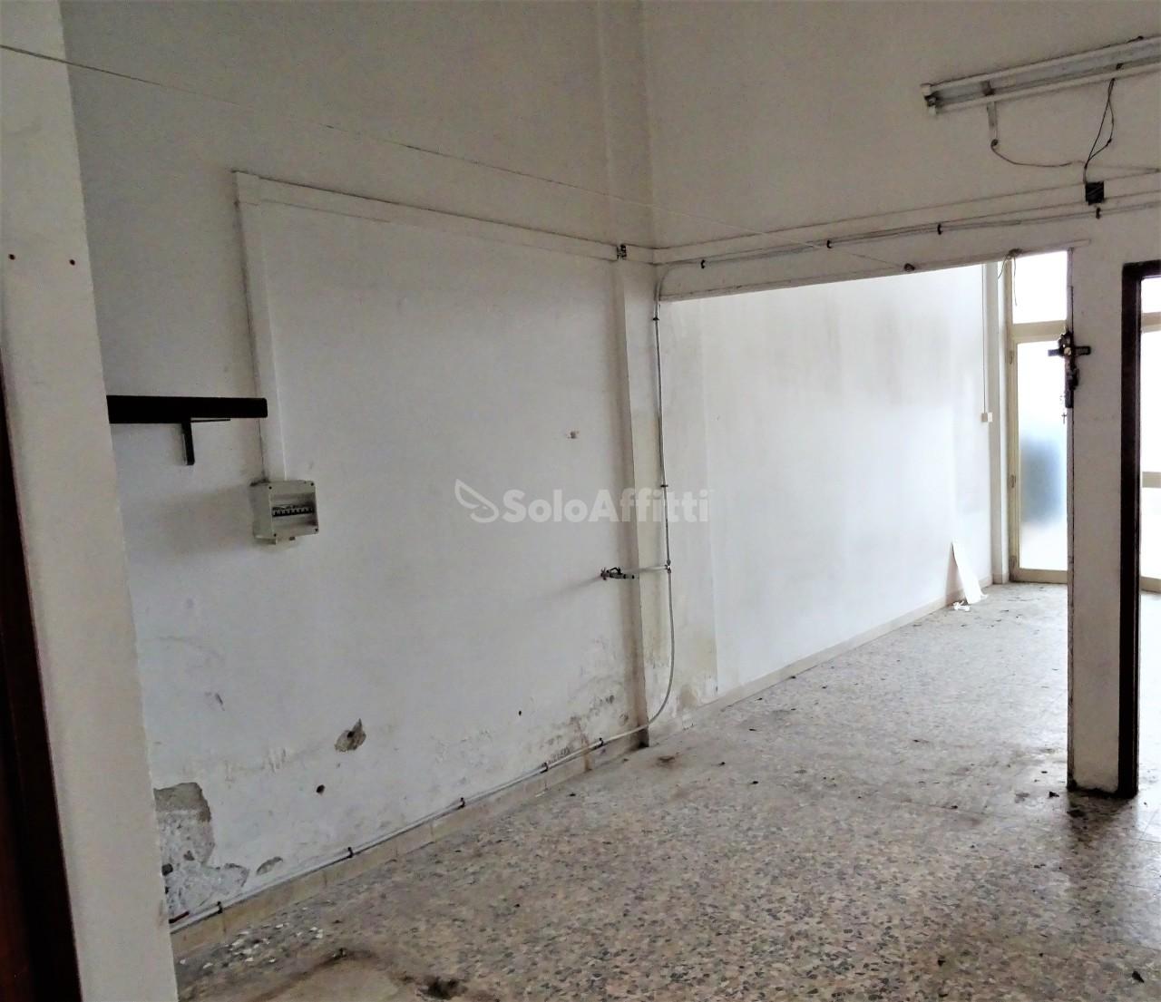 Fondo/negozio - 1 vetrina/luce a Marzocca, Senigallia