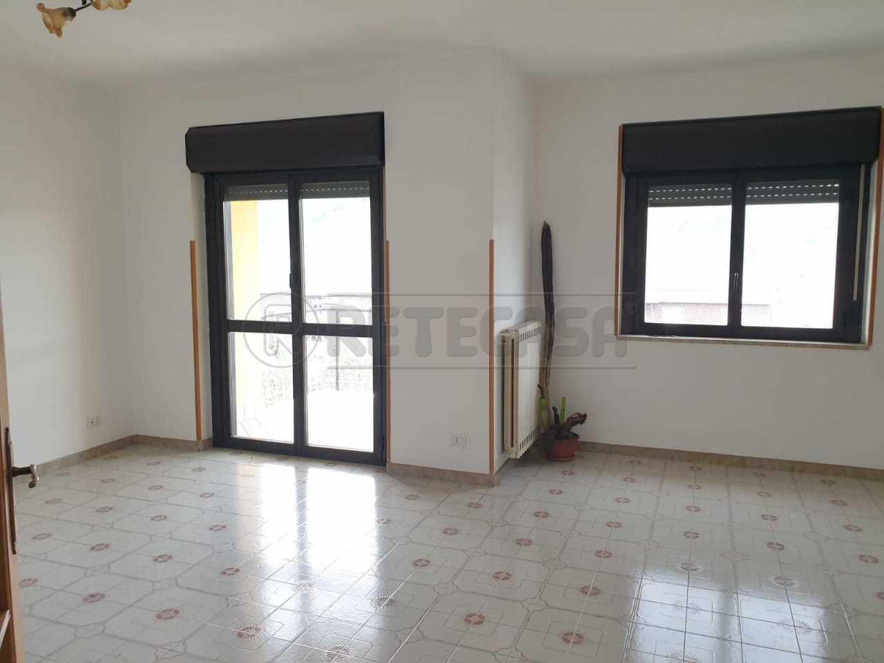 Trilocale in buone condizioni in affitto Rif. 8120652