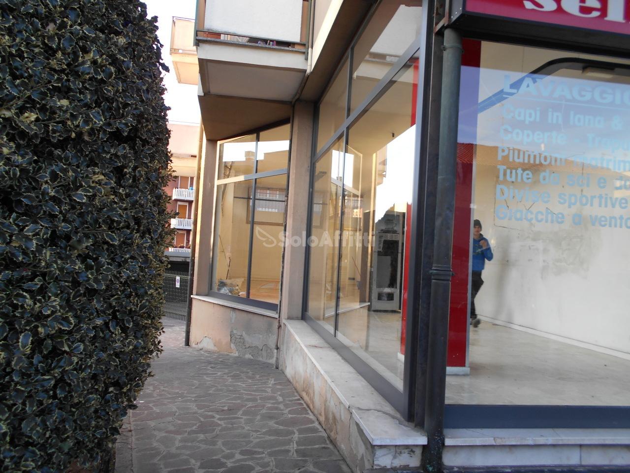 Negozio / Locale in affitto a Carugo, 2 locali, prezzo € 750 | PortaleAgenzieImmobiliari.it