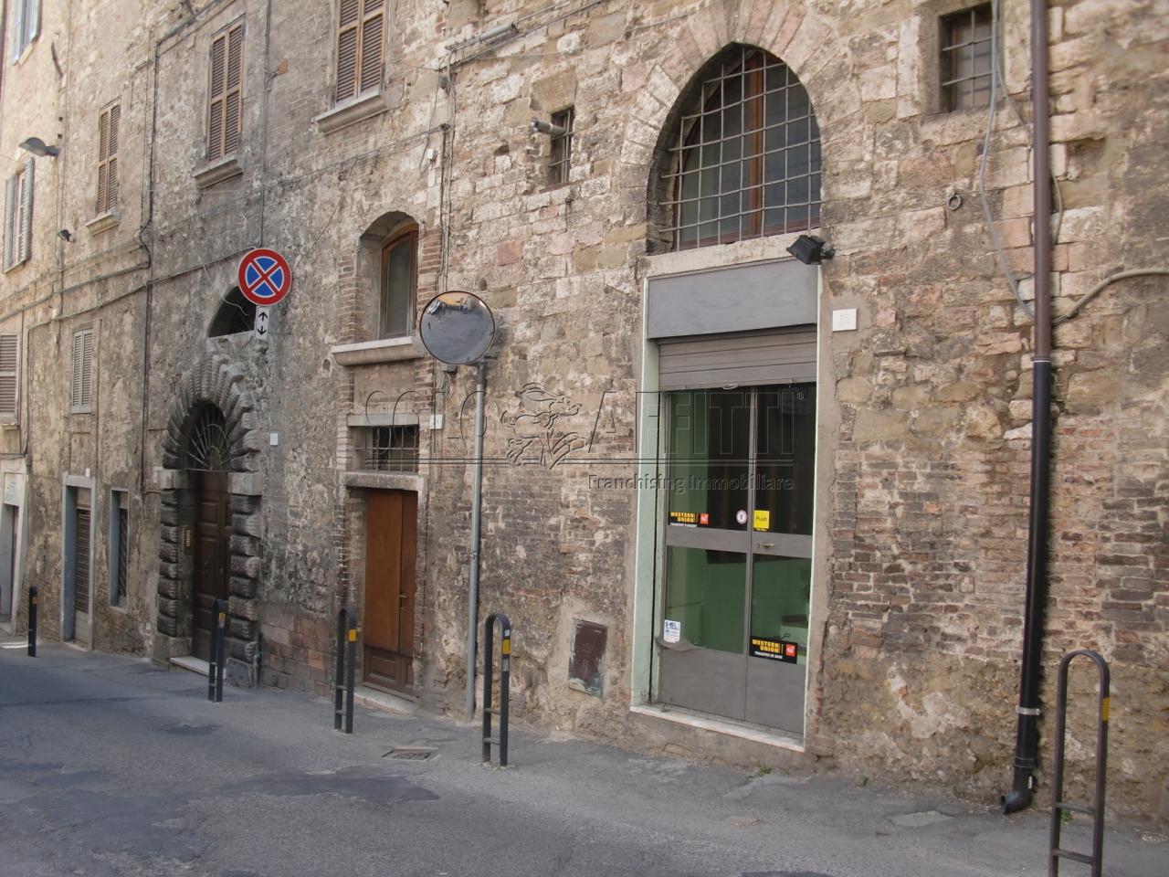 Fondo/negozio - 1 vetrina/luce a Centro Storico, Perugia