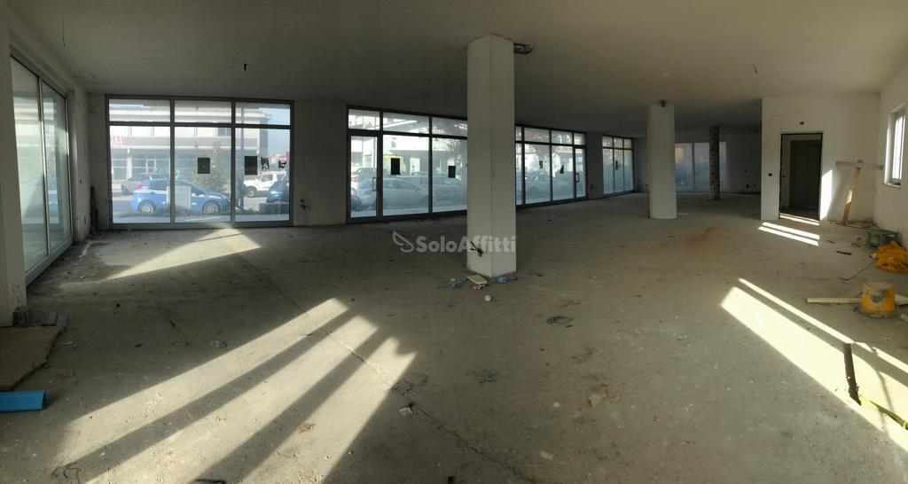 Fondo/negozio - Oltre 5 vetrine/luci a Tiburtina, Pescara Rif. 8844094