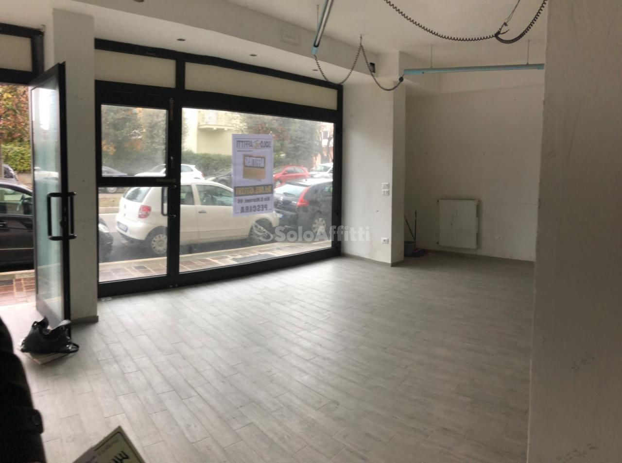 Fondo/negozio - 2 vetrine/luci a Porta Nuova, Pescara