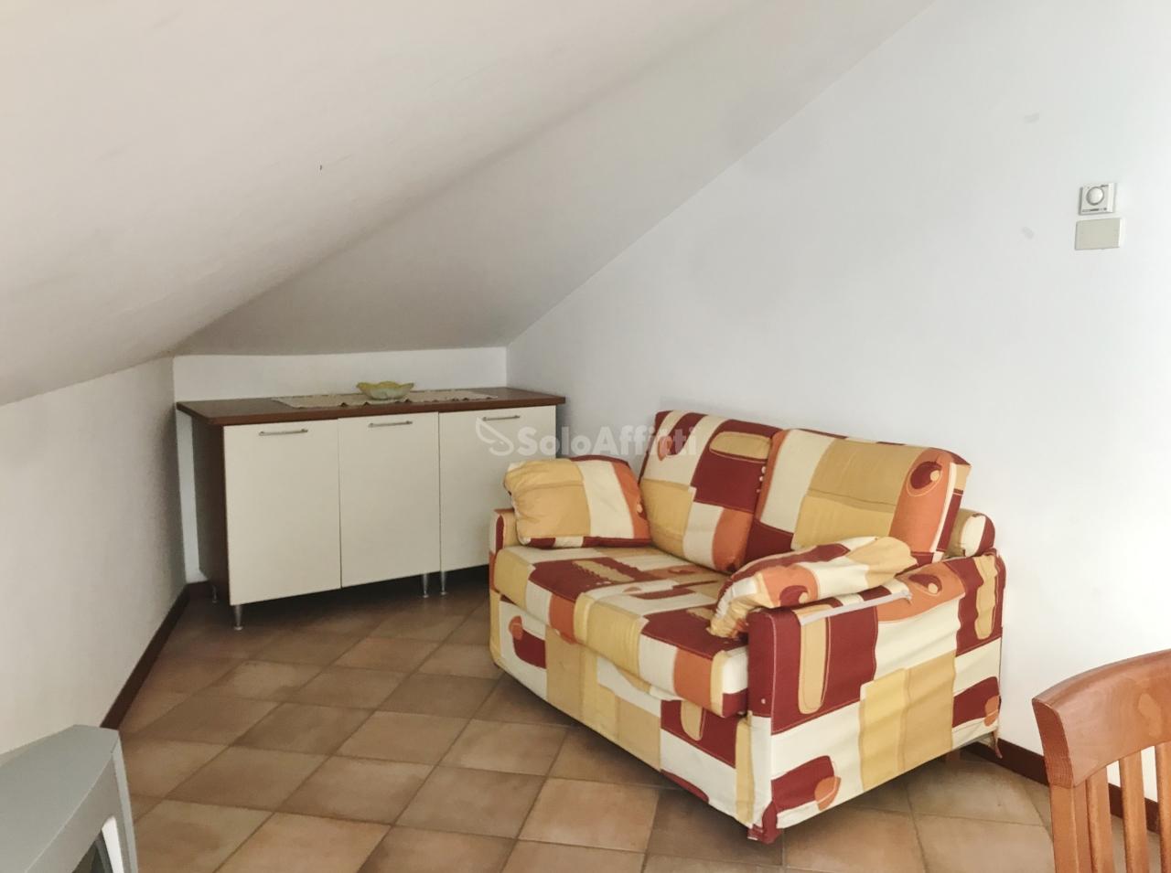Attico / Mansarda in buone condizioni arredato in affitto Rif. 9811140