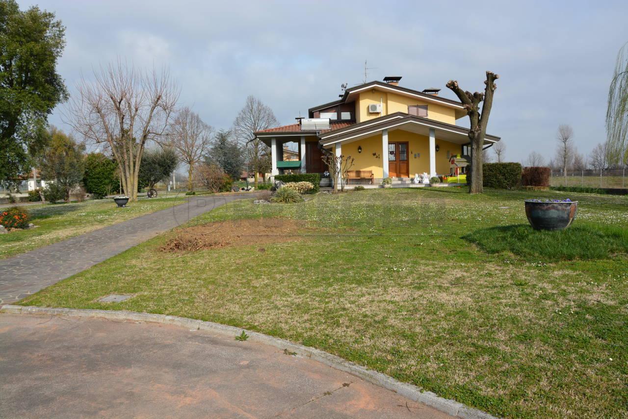 Vendesi Villa a Santa Maria La Longa